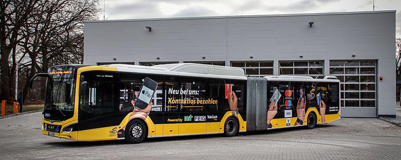 Bus mit gelb-schwarzer Lackierung